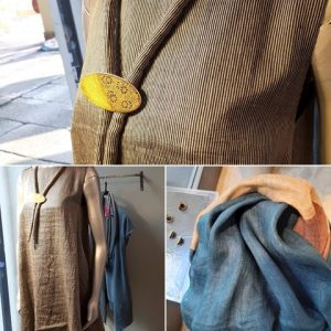 In vetrina collana-spilla: si può usare il ciondolo da solo o spillarlo al laccio in seta.