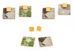 Serie di orecchini quadrati: ogni lato ha una diversa decorazione e si possono quindi ottenere composizioni diverse.