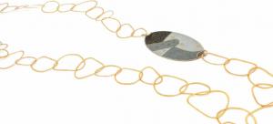 Collana con anelle battute a mano, apribile e modulabile diversamente; il ciondolo è in ottone e carta